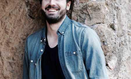 """Rimi Beqiri është një aktor shqiptar, i cili jeton dhe punon në Itali. Ai është i njohur për rolet e tij në filmat """"Connection"""", """"Panopticon"""" dhe """"Il ritorno di Elena"""", por edhe të një sërë filmash të tjerë me regjisorë të njohur."""