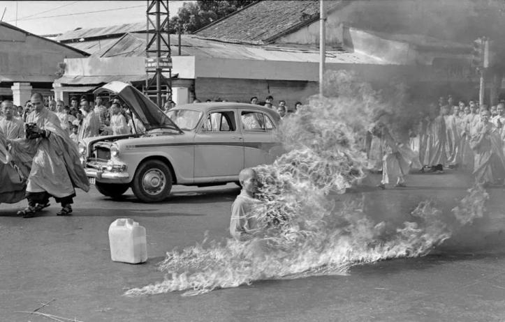 Në foto: Murgu budist nga Vietnami, Thích Quang Duc, u vetëdogj për të protestuar kundër amerikanëve (1963)