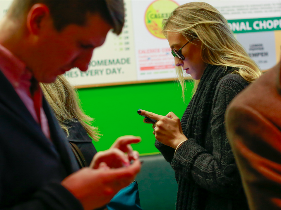 smartphone-millennials-social-media