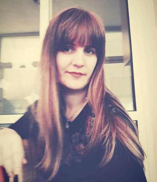 """Linditë Ramushi Dushku, diplomuar në shkollën e mesme të mjekësisë """"Dr. Asllan Elezi"""", profili pediatri në qytetin e lindjes në Gjilan. Studimet universitare i filloi në vitin 2004 në Universitetin Shtetëror të Tetovës, në Fakultetin Filozofik, dega Psikologji."""