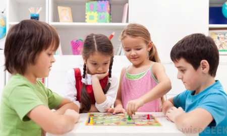 kids-playing-board-games
