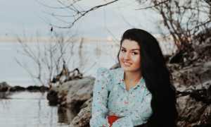 Autorja, Ambra Hysa lindi në Prill të vitit 1995 në Shkodër. Ka studiuar Financë por pasioni i saj mbetet arti, psikologjia, letersia. Aktualisht punon si gazetare dhe ndan me ne vazhdimisht artikuj dhe refleksione të fushave të ndryshme.
