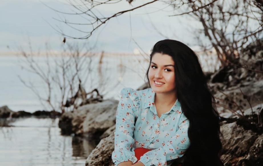 """Ambra Hysa, diplomuar për """"Financë"""", e apasionuar pas letërsisë, psikologjisë, duke sjellë herë pas here reflektime të sajat."""