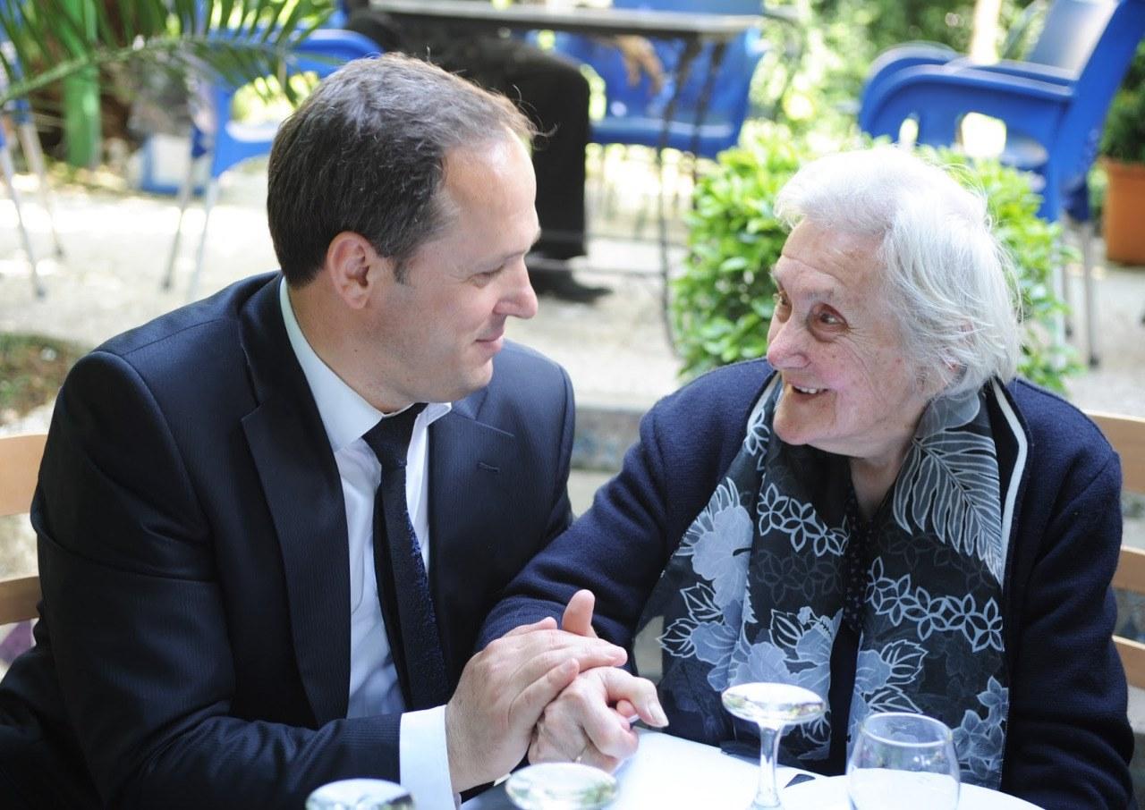 Evanthi Ciko në moshën 90 vjeçare, me Drejtorin e Pergjithshem te IKIJSH Ilir Çumani, i rritur ne Shtepinë e Fëmijës