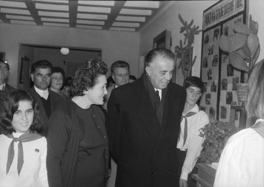 "Vizita e udhëheqësit komunist Enver Hoxha ne Shtepine e Femijes ""8 nentori"" ne Tirane, me 23. Nentor.1969"